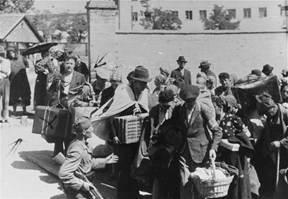 Сръбски войник с пушка води евреи от Зренянин
