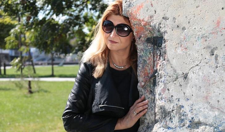 Жаклин Толева пред Берлинската стена в София