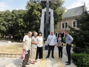 """Във Варна представители на Коалиция """"Десните"""" поднесоха цветя пред Паметника на жертвите на комунизма в градинката до Градската художествена галерия."""